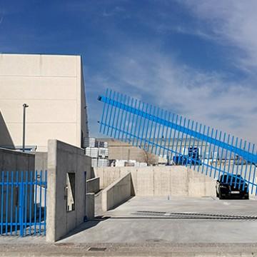 Acabada la instalación de una puerta vertical Avantgates en Girona