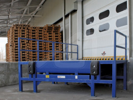 Supporting bench for loading docks
