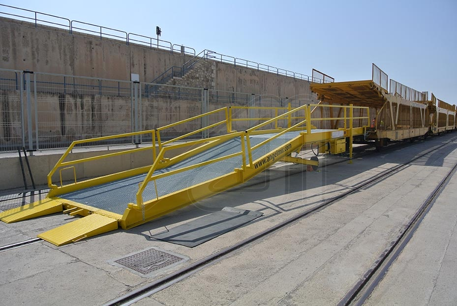 We manufacture mobile ramps to load and unload freight trains
