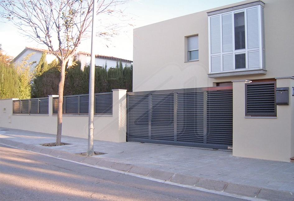 Dise os especiales puertas de garaje batientes angel mir - Puertas de aluminio exteriores ...